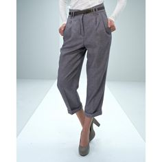 Blend She cropped baggy trousers with pleats from the waist, slanted pockets and piped back pockets and turn-ups at the bottom of the legs. This model has a zipper and button in life and narrow belt. Foot width is 20 cm. Length is 62 cm. in size small.Kvaliteten is 65% polyester and 35% wool. The fur is 100% polyester.Model: 7802-11 7300