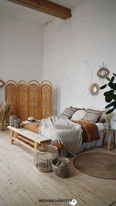 Ein eigenes Möbelstück anzufertigen, das klingt anfangs ziemlich schwierig. Mit der richtigen Anleitung und ein paar praktischen Tipps kannst Du Deine eigenen Ideen leichter umsetzen, als Du glaubst. Wir zeigen Dir, was Du alles brauchst, um mit Deinem ersten Projekt loslegen zu können. Room Ideas Bedroom, Home Decor Bedroom, Bedroom Designs, Bedroom Furniture, Master Bedroom, Warm Bedroom, Light Bedroom, Dorm Room Checklist, Bedroom Pictures