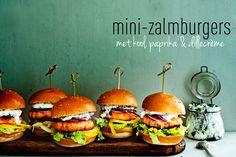 mini-zalmburgers met kool, paprika & dillecrème