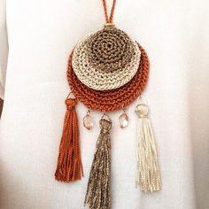 "A necklace with a lot of ""personality"" macadamiarepublic handmade hechoamano cro - Her Crochet Diy Crochet, Crochet Crafts, Yarn Crafts, Crochet Projects, Crochet Necklace Pattern, Crochet Bracelet, Diy Laine, Crochet Ornaments, Crochet Decoration"