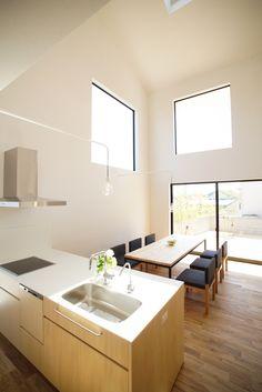 約20畳のリビングダイニングは全体が吹き抜けになっており、その開放感たるや出色のもの。「この家は、リビングがすべて」という野田さんの言葉にも頷ける。周囲の家からの目線を気にしなくても良いように、土地に対して若干、斜めに建てられているのもポイント。 Dinning Room Bar, Dining Area, Kitchen Dining, Cozy Room, Dream Decor, House In The Woods, Home Renovation, House Design, Interior
