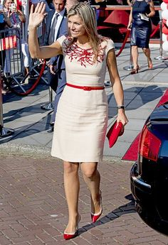 Queen Maxima of The Netherlands visited ROC School of Amsterdam. Queen Maxima wore Natan dress, and Natan shoes, pumps, dress new sesion African Dress, Indian Dresses, Modest Dresses, Pretty Dresses, Dutch Queen, Estilo Real, Royal Clothing, My Fair Lady, Classic Wardrobe