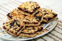 These easy Blueberry Crumb Bars use the same mixture for the crust and topping and are filled with a delicious blueberry filling! Easy Cookie Recipes, Pie Recipes, Sweet Recipes, Dessert Recipes, Cooking Recipes, Oatmeal Fudge Bars, Blueberry Crumb Bars, Musaka, Vegetable Pie