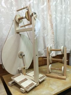 DIY spinning wheel, sorry no measurements, but it is double treadle with a sliding hook that I like Diy Spinning Wheel, Spinning Wool, Hand Spinning, Spinning Wheels, Weaving Projects, Wood Projects, Drop Spindle, Wool Art, Yarn Tail