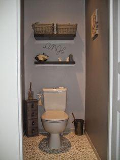 Γγρ│ Gris et taupe, deux couleurs neutres et raffinées pour ce WC.