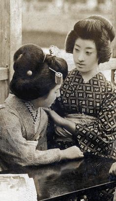 Tomigiku with Kohisa and Others 1920s. Geiko (geisha) Tomigiku (centre right) with maiko (apprentice geisha) Kohisa (centre left) and others on a yuka (Summer balcony) in Kyoto. Text and image via Blue Ruin 1 on Flickr