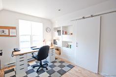 Projet de bureau : un beau défi d'aménagement à petit budget, où nous avons maximiser l'espace de rangement et récupéré l'espace sous le toit en mansarde. Les portes sur rail permettent d'avoir des espace de rangement fermés, ainsi que du rangement sur roulette. Les niches sont optimisées avec du mobilier IKEA et le bureau devant la fenêtre permet au client de profiter de la lumière naturelle. La pièce est lumineuse et fonctionnelle, tout en étant très contemporaine mais indémodable!