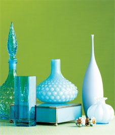 Position vases and objets using gradations of colour in order to achieve a pleasing symphony of light againt dark. Home Decor Accessories, Decorative Accessories, Vases, Home Garden Design, Turquoise Glass, Colored Glass, Designing Women, Glass Art, Objects