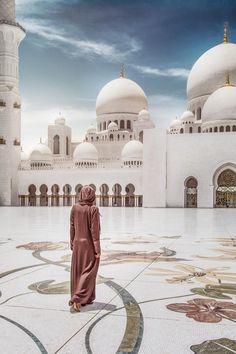 Abu Dhabi Arabian Beauty Women, Dubai Holidays, Visit Dubai, Dubai Travel, Islamic Architecture, Muslim Girls, Beautiful Places To Visit, Travel Couple, Abu Dhabi