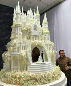 check out the detail on this enormous castle Wedding cake. Large Wedding Cakes, Extravagant Wedding Cakes, Unusual Wedding Cakes, Beautiful Wedding Cakes, Beautiful Cakes, Amazing Cakes, Crazy Wedding Cakes, Crazy Cakes, Fancy Cakes
