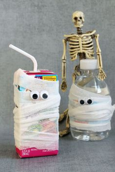 Mummy drinks for kids. HEALTHY HALLOWEEN TREATS and SNACKS. A roundup of healthy Halloween treats for kids. These Halloween snacks and treats have less sugar, but are still fun for Halloween or classroom parties. Halloween Snacks For Kids, Halloween Class Party, Healthy Halloween Treats, Halloween Treats For Kids, Halloween Desserts, Halloween Birthday, Holidays Halloween, Healthy Treats, Haloween Drinks