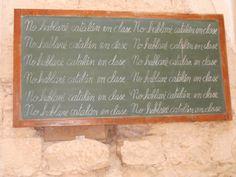 """Interior de l'església del Poble Vell de Corbera d'Ebre, exposició de la llibertat, pissarra on esta escrit """"no hablare catalán en classe""""no parlare català en classe, en temps endarre el català era prohibit per els espanyols."""