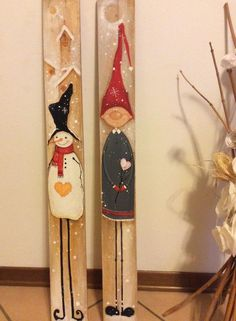 Learn how to make fun and easy DIY wooden Christmas decorations on a budget with wooden pallets. Most of the supplies you need can be bought at your local dollar store and they'll make really cheap holiday decorations for your front porch Snowman Christmas Decorations, Christmas Wood Crafts, Christmas Signs Wood, Snowman Crafts, Primitive Christmas, Christmas Snowman, Christmas Projects, Holiday Crafts, Christmas Ornaments