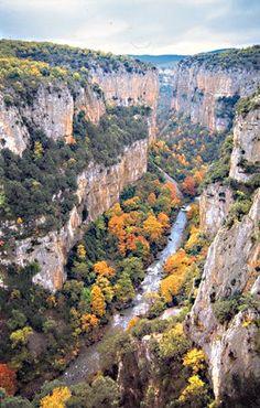 La Foz de Arbayún, Navarra - Spain Beautiful Sites, Beautiful Pictures, San Sebastian Spain, Places To Travel, Places To Visit, Malta, Seville Spain, Basque Country, Spain And Portugal