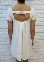 biała sukienka bez pleców trapezowa