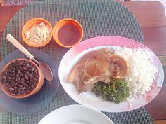 Um prato tradicional de quarta feira, com uma aparência muito simples e que nem chama muito a atenção, mas que no sabor compensa até demais.  #feijoada #comida #almoço #comida #restaurante #lanchonete #bar #boteco #feijão #preto #carne #porco #joelho #seca #linguiça #calabresa #paio #arroz #torresmo #couve #molho #apimentado #farofa #bacon #GuiasLocais #LocaGuides #Andrade #XinGourmet