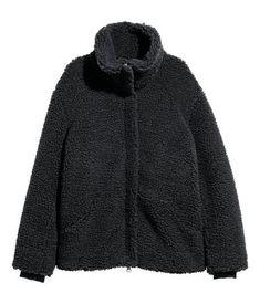 Mörkgrå. En jacka i mjuk pile med hög ståkrage. Jackan har dold dragkedja fram och sidfickor. Ribbad innermudd vid ärmslut. Fodrad.