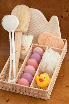 Sabonetes, esponjas, sais de banho... um charme para o banheiro. Separador de palha da Camicado.