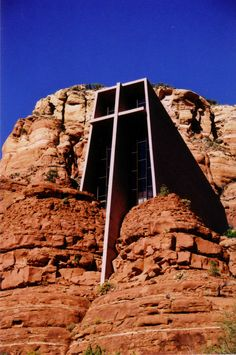 Chapel in the Rock ~ Sedona, Arizona. Designed by Marguerite Brunswig Staude, a student of Frank Lloyd Wright, the Chapel of the Holy Cross was completed in 1956 and is a favorite tourist attraction for many of those who visit Sedona. Architecture Unique, Religious Architecture, Church Architecture, Sacred Architecture, Sedona Arizona, Arizona Usa, Scottsdale Arizona, Unusual Buildings, Amazing Buildings