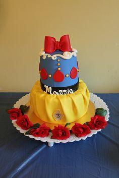 Snow White Inspired Cake by lisafemmefondant, via Flickr