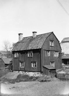 Åsögatan 49, gårdssidan. Motsvarar nu Åsögatan 93 - Stockholmskällan Small Buildings, City Buildings, Cabins In The Woods, House In The Woods, Laurel And Hardy, Old Building, The Old Days, Stockholm Sweden, Old Pictures