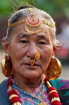 Abuela Limbu con sus adornos en Nepal.