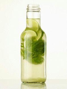 Das Rezept für Aromatisiertes Wasser mit Limette, Basilikum und Ingwer und weitere kostenlose Rezepte auf LECKER.de