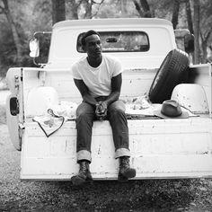 Listen to music from Leon Bridges like River, Inside Friend (feat. Find the latest tracks, albums, and images from Leon Bridges. Beautiful Voice, Beautiful Men, Creative Writing Stories, Leon Bridges, Big Men Fashion, Winter Fashion, Black Image, Afro Punk, Video Film