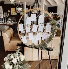 """Find your seat Hoop Tablesetting Sitzplan aus Gold  mach's hübsch on Instagram: """"Hochzeitsdeko aus Niederösterreich ❤️ Hier mein goldener """"find your seat hoop"""" von einer meiner Sommerhochzeiten ❤️🤗 Links davon seht ihr…"""" Boho Wedding, Planer, Table Settings, Wreaths, Table Decorations, Instagram, Furniture, Home Decor, Gold"""