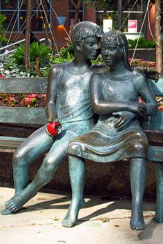Et puis, nous nous sommes assis / sur le banc de l'attente / quelques minutes dans l'absolu du silence. [(Léa Vivot, Le Banc du secret) Avenue McGill College, Montréal, 16 juin 2011]