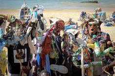 «Les hommes poubelles» de Popenguine, c'est une troupe de théâtre qui sensibilise les populations aux questions environnementales. Habillés de costumes réalisés à partir de déchets, les danseurs déambulent dans les rues des villages, en bord de mer en chantant des textes que les enfants répètent en coeur. Une belle manière de faire passer le message…