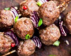 Almôndegas vegetarianas no churrasco kebab: www.fourchette-et . Vegetarian Barbecue, Barbecue Recipes, Grilling Recipes, Vegan Vegetarian, Vegetarian Recipes, Cooking Recipes, Barbecue Party, Vegetarian Meatballs, Bbq Meatballs