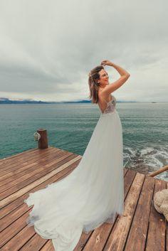 Anna Julia e Thomas   Casamento vibrante em Ilhabela. Casamento pé na areia: a noiva. #ilhabela #casamentonapraia #beachwedding #casamentopenaareia #noiva #bride #vestidodenoiva Monet, Julia, Anna, Wedding Dresses, Fashion, Wedding Spot, Wedding On The Beach, Events, Moda