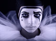 good make-up idea for Pierrot costume. Mime Makeup, Costume Makeup, Makeup Art, Hair Makeup, Halloween Face Makeup, Pierrot Costume, Pierrot Clown, Le Clown, Clown Faces