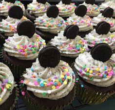 Cupcakes de Triple Oreo, galleta en el fondo, betún de queso Filadelfia y mini galleta Oreo en decoración! ❤️ #RosaMentaBakery #HorneadosConAmor