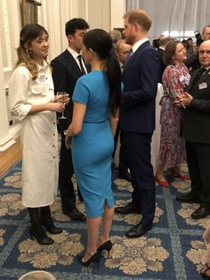 Duchess of Sussex Stuns in Blue Victoria Beckham Pencil Midi Dress for Endeavour Awards - Dress Like A Duchess Megan Markle Prince Harry, Prince Harry And Meghan, Kate Middleton, Meghan Markle Style, Princesa Diana, Duke And Duchess, Duchess Kate, Celebrity Couples, Royal Fashion