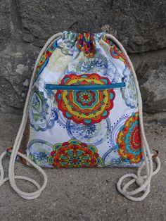 Mandalový+batůžek+Batůžek+jsem+ušila+z+pevné+bílé+látky+(bavlna/polyester)+vyšší+gramáže+s+barevnými+mandalami,+která+je+vyztužena+silnějším+vlizelínem.+Uvnitř+je+bavlněná+podšívka.+Na+přední+straně+je+prostorná+kapsa+na+zip.+Batůžek+je+stahovací+na+širší+(8mm)+měkké+bavlněné+tkanice,+které+se+dají+libovolně+zkrátit.+Údržba+je+jednoduchá:+hodíme+do...