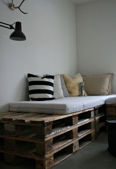 The instructions aren't in English, but you can see how this sofe/lounge is made - you take a pallet, put 2 more on top, nail them together, and voila!!