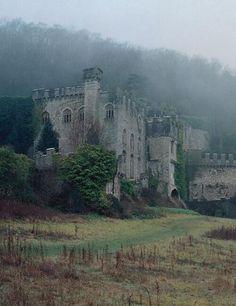 Los restos fantasmales de Castillo de Gwrych - construidas entre 1819 y 1825 a instancias del Lloyd Hesketh Bamford-Hesketh. Castillo de Gwrych es un grado I casa de campo del siglo 19, cerca de Abergele en ciudad del condado de Conwy, Gales. PALABRA CLAVE PRINCIPAL; FANTASMA