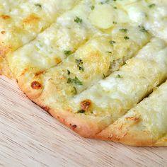 Dit Garlic Bread met mozzarella en Parmezaan is net zo lekker als de variant die ze bij New York Pizza verkopen. Fluffy, bomvol smaak en heerlijk kazig.