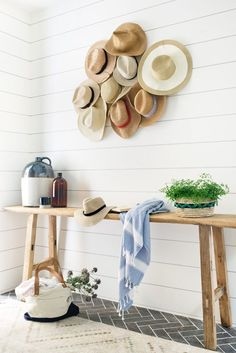 Beautiful boho beach house entryway with shiplap walls and straw hats - Kate Lester Modern Farmhouse, Farmhouse Side Table, Farmhouse Design, Farmhouse Decor, Coastal Farmhouse, Cute Dorm Rooms, Cool Rooms, Mr Mrs, Mason Jars