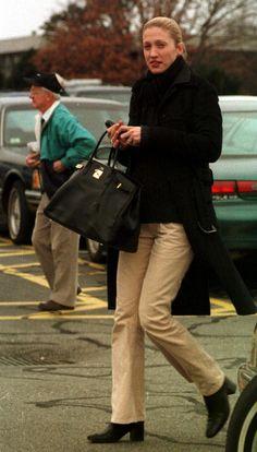 The Style Journal - Carolyn Bessette Kennedy: Elegante y chic Carolyn Bessette Kennedy, Les Kennedy, John Kennedy Jr, Jfk Jr, Jacqueline Kennedy Onassis, Charlotte Rampling, Alexa Chung, Twiggy, 90s Fashion