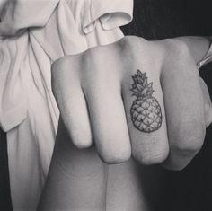 tatouage doigt ananas
