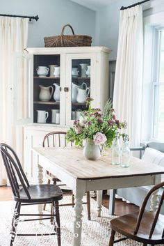 Summer 2015 Home Tour – Miss Mustard Seed – Herzlich willkommen Cocina Shabby Chic, Shabby Chic Kitchen, Shabby Chic Homes, Shabby Chic Furniture, Dining Room Furniture, Dining Rooms, Furniture Layout, Furniture Plans, Rustic Furniture