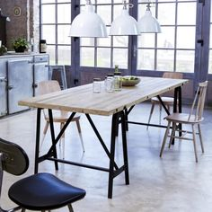 TABLE A MANGER SANS CHAISES Table en métal et pin 240x90 Eliot