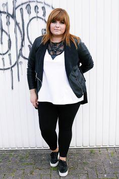 Ein Outfit mit meinem selbst kreierten harness inspired Shirt in schwarz und weiß mit Strassteinen - meine große Liebe ❤