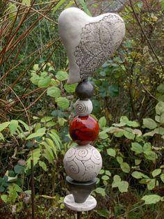 Wunderschöne Stele mit Herz aus Keramik. * Bitte klickt nicht auf den Benachrichtigungs-Button. Da alle meine Keramiken frei Hand gefertigte Unikate sind, gibt es jedes Teil nur einmal. Schreibt...