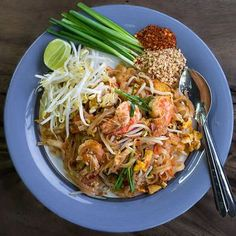 Top 5 Must-Try Bangkok Street Food: Pad Thai has to be Thailand's national dish; wok-fried rice noodles with egg and crunchy beansprouts, with some shrimp and perhaps some chic. Thai Street Food, Best Street Food, Healthy Thai Recipes, Asian Recipes, Thai Dishes, Food Dishes, Spicy Dishes, Delicious Dishes, Thai Snacks