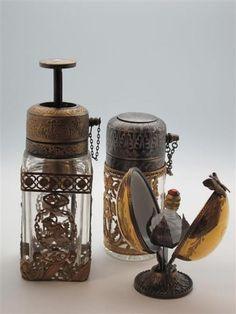 FLACON DE PARFUM - Ensemble de deux flacons vaporisateurs des années 1920, un flacon dans un oeuf en porcelaine de Limoges