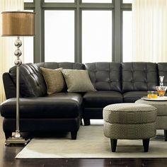 décor de salon avec canapé en cuir noir